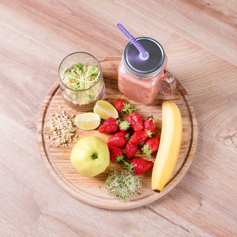 Detox reinigt drank, vruchten en bessen smoothie ingrediënten Natuurlijk, organisch gezond sap voor het dieet van het gewichtsver stock fotografie