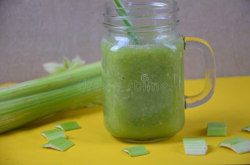 Detox smoothie met selderie en appel op een witte achtergrond Gezond voedsel stock foto's