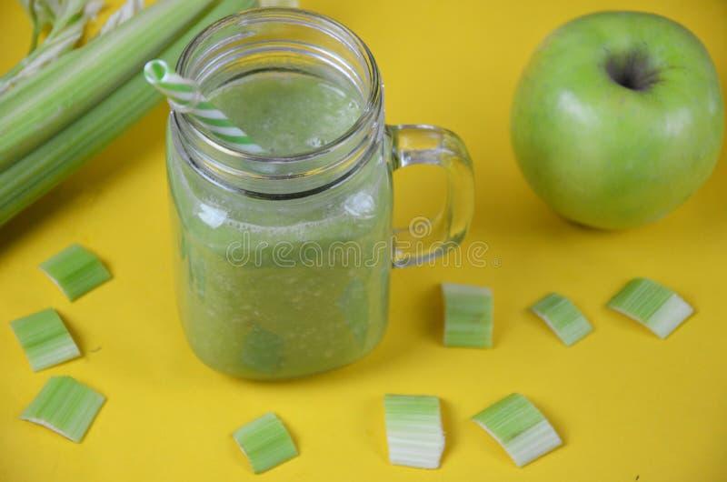 Detox smoothie met selderie en appel op een witte achtergrond Gezond voedsel stock foto