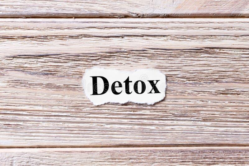 Detox van het woord op papier Concept Woorden van detox op een houten achtergrond royalty-vrije stock foto