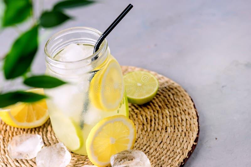 Detox-Wasser mit Zitrone amd Kalk und geschmackvolles Sommer-Limonaden-Getränk mit Eis-Würfel Detox-gesundem Getränk zu gefrieren stockfoto