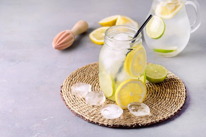 Detox-Wasser mit Zitrone amd Kalk und geschmackvolles Sommer-Limonaden-Getränk mit Eis-Würfel Detox-gesunder Getränk-Vertikale zu lizenzfreie stockfotos