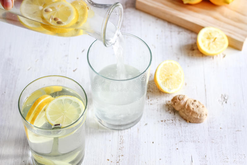 Detoxcitron Ginger Water royaltyfria bilder