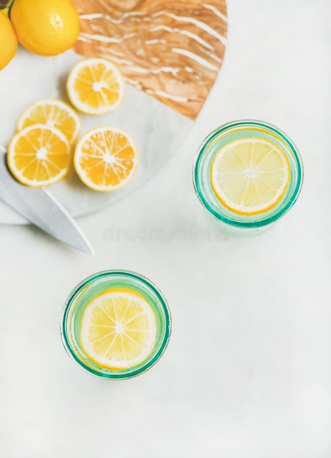 Detoxcitronvatten i exponeringsglas, bästa sikt, kopieringsutrymme royaltyfri foto