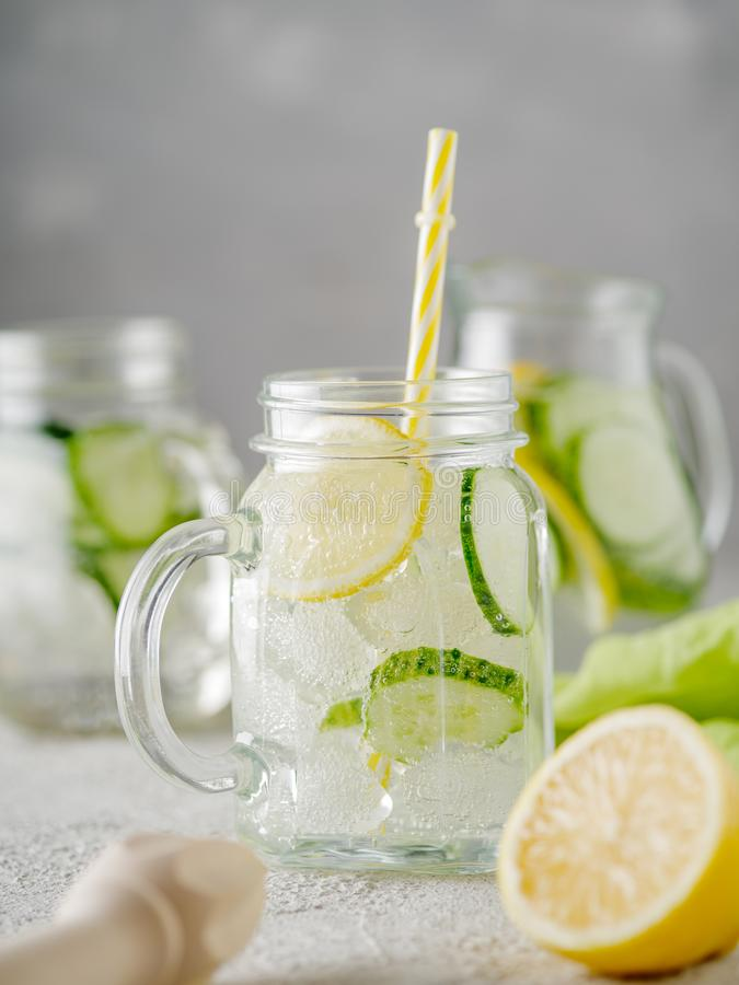 Detoxdieet Verse de zomerdrank Het gezonde verstand van de detox bruisende limonade stock fotografie