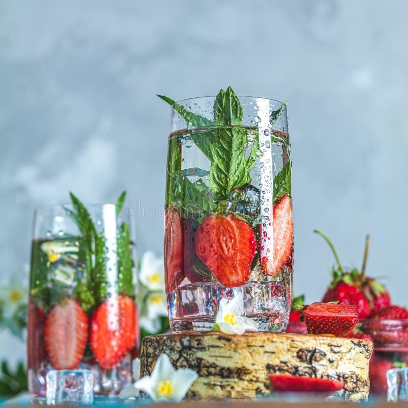 Detoxen ingav vatten med jordgubben och mintkaramellen royaltyfria foton