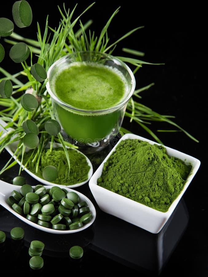 detoxification młody jęczmień, chlorella superfood zdjęcia stock