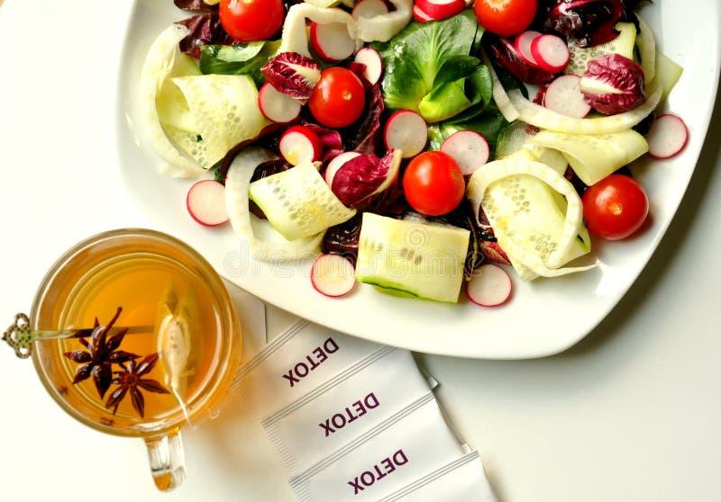 Detoxificationbegrepp med vegansallad och växt- tea arkivfoton