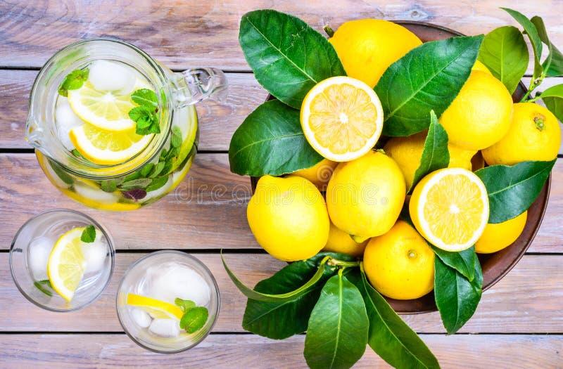 Detoxsommardrink med citronen och mintkaramellen royaltyfri bild