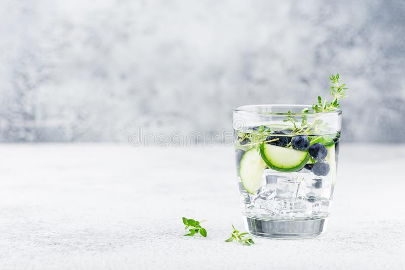 Detoxvatten med blåbäret, gurkan och timjan arkivfoton