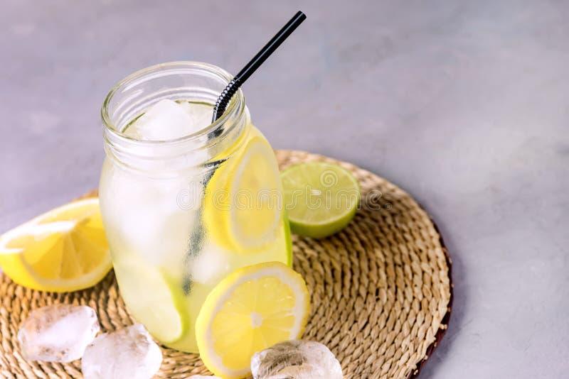 Detoxvatten med drinken för lemonad för sommar för för citronamdlimefrukt och is den smakliga med utrymme för kopian för drinken  arkivbilder