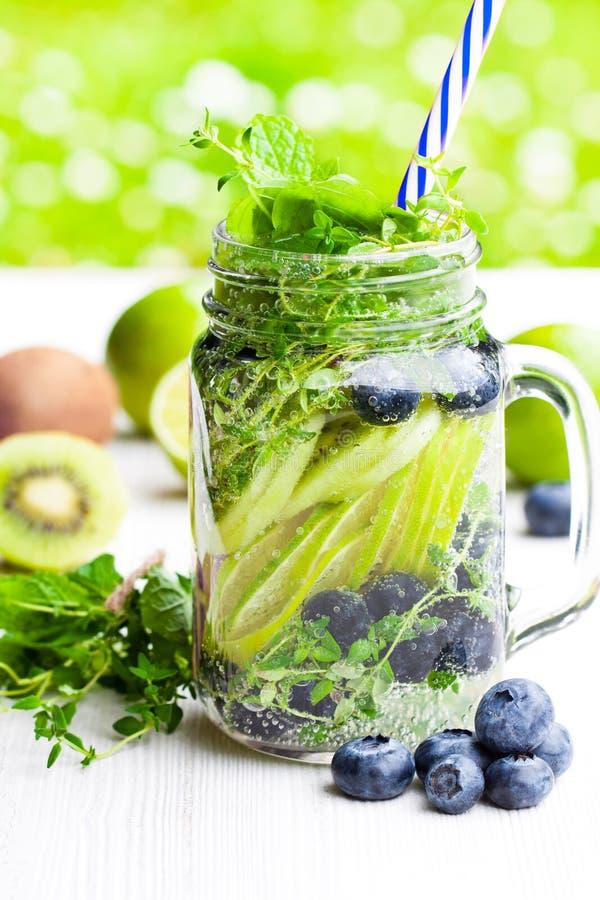 Detoxwasser Selbst gemachtes Sommerfruchtgetränk mit Kalk und Kiwi und lizenzfreie stockfotos