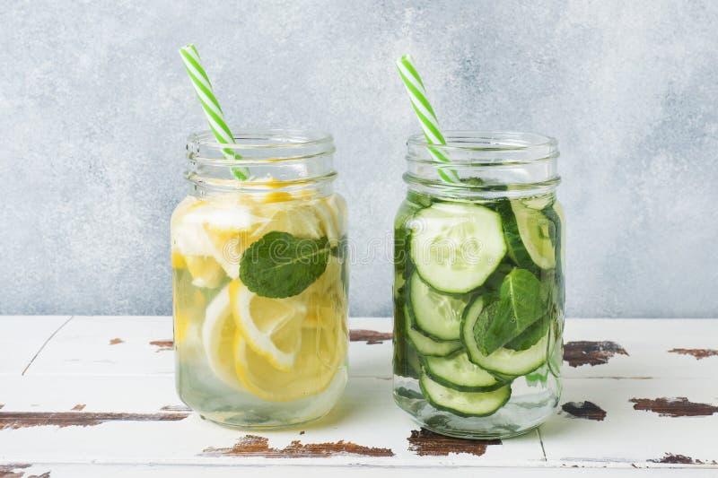 Detoxwater voor gezonde levensstijl Zoet water in kruik met citroen, komkommer en munt op houten lijst royalty-vrije stock foto