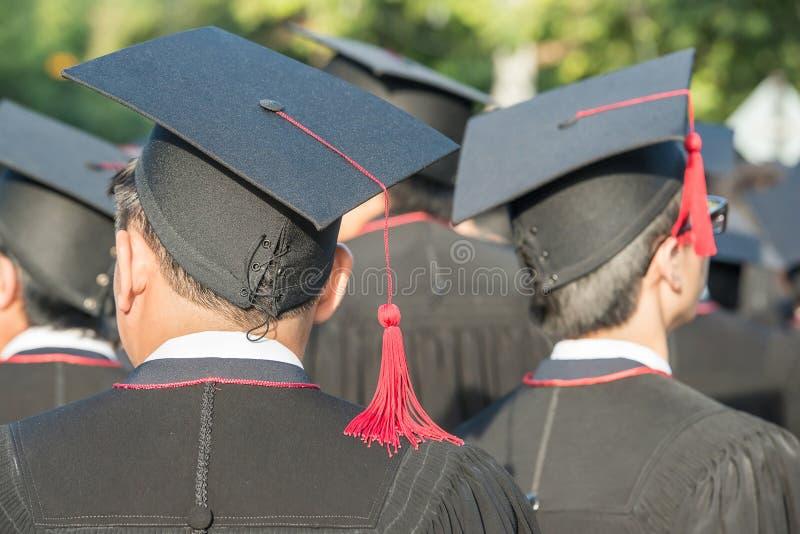 Detrás de graduados durante el comienzo foto de archivo
