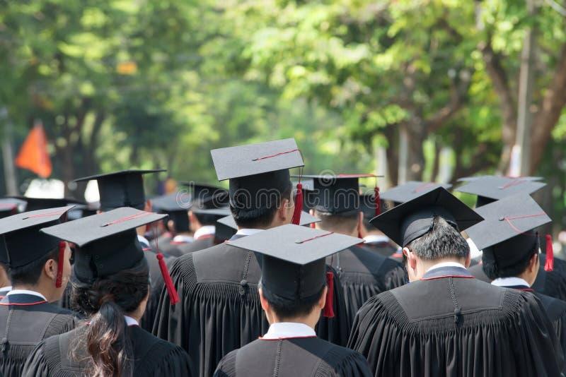 Detrás de graduados durante el comienzo fotografía de archivo