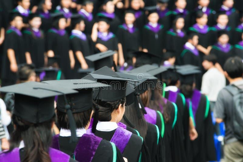 Detrás de graduados durante el comienzo en la universidad Ciérrese para arriba en foto de archivo libre de regalías