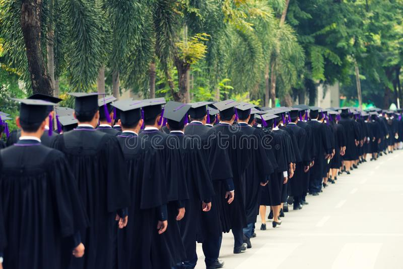 Detrás de graduados durante el comienzo en la universidad Ciérrese para arriba en fotografía de archivo