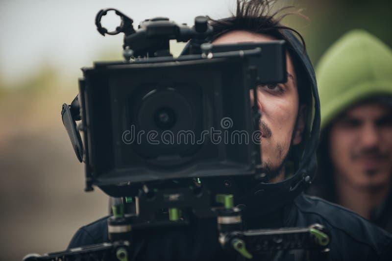 Detrás de la escena Escena de la película del tiroteo del cameraman con su cámara foto de archivo libre de regalías