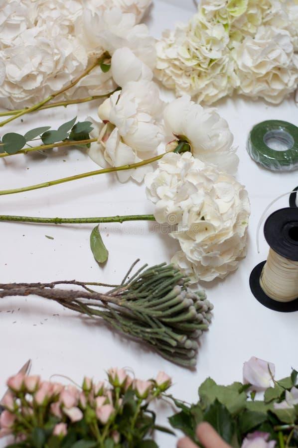 Detrás de la escena - fabricación de un ramo de la flor que se casa de las rosas de la lavanda imágenes de archivo libres de regalías