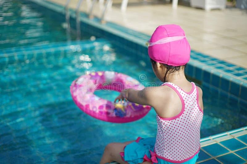 Detrás de la muchacha asiática del ittle en traje de natación foto de archivo libre de regalías