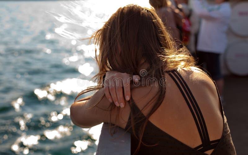 Detrás de la mujer en el barco imagen de archivo libre de regalías
