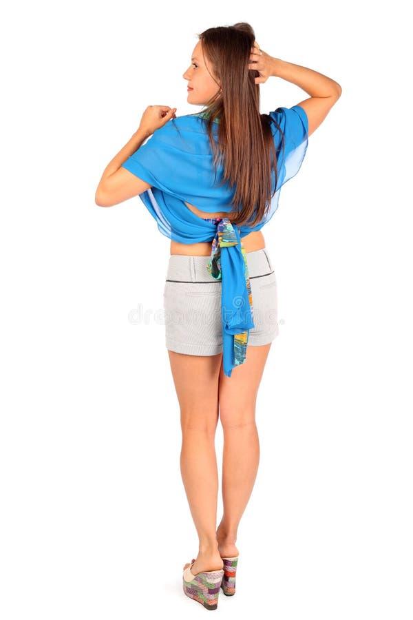 Detrás de la mujer vestida en cortocircuitos y pareo