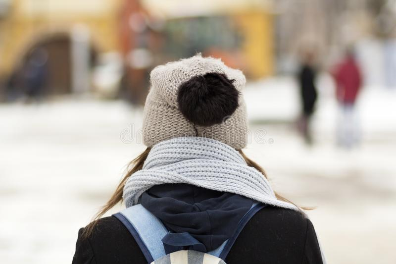 Detrás de la persona joven en sombrero con la mochila imagenes de archivo
