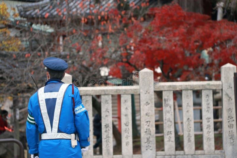 Detrás de la policía de tráfico japonesa en deberes de ejecución uniformes del azul en la calle imágenes de archivo libres de regalías