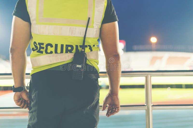 Detrás de la seguridad que se coloca en el estadio de fútbol foto de archivo