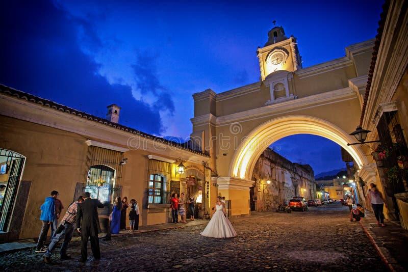 Detrás de las escenas que tiran a una novia en la noche al aire libre imagen de archivo libre de regalías