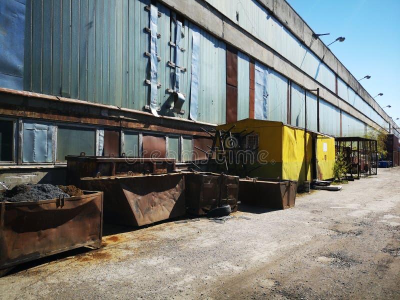 Detrás de las puertas abandonadas pasado y presente de Tallinn de la fábrica fotografía de archivo