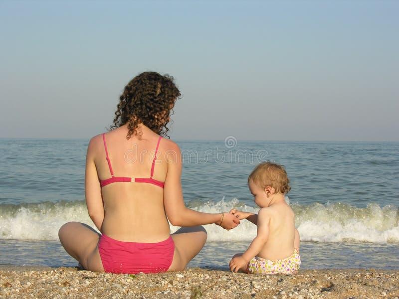 Detrás de madre con el bebé imagen de archivo libre de regalías