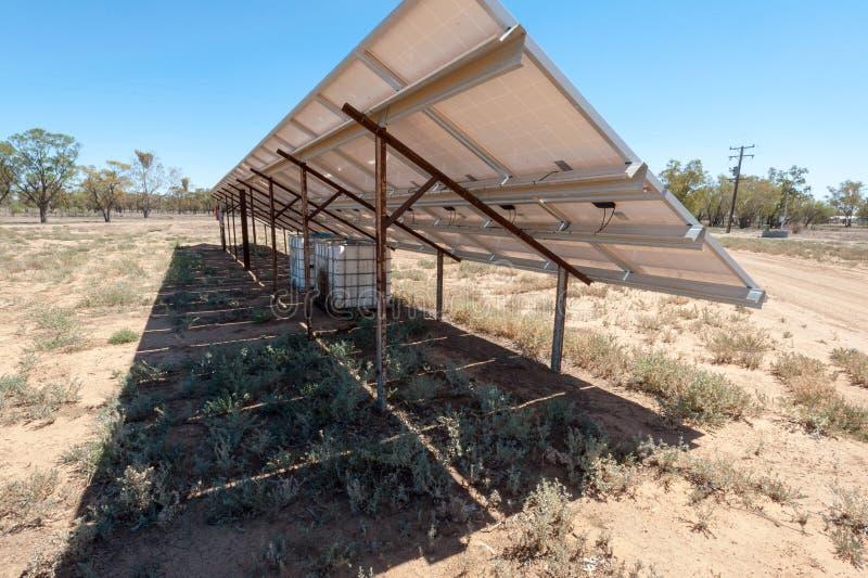 Detrás de un arsenal del panel solar en granja fotos de archivo libres de regalías