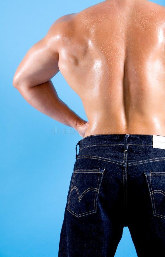 detrás de un hombre muy muscular imagen de archivo