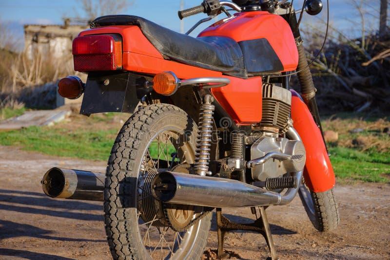 Detrás de una motocicleta del vintage, bici roja imágenes de archivo libres de regalías