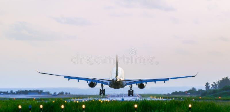 Detrás del aeroplano de llegada fotos de archivo