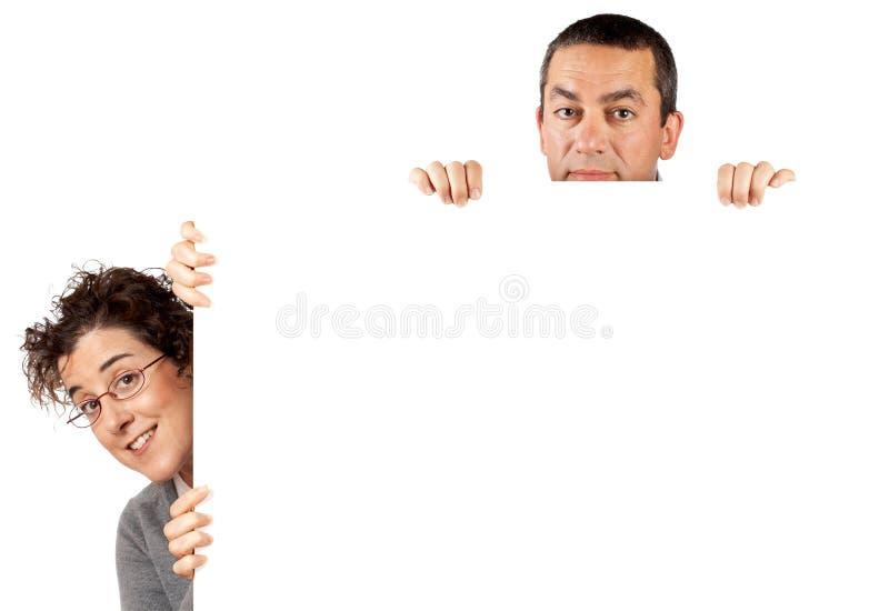 Detrás del cartel en blanco fotos de archivo