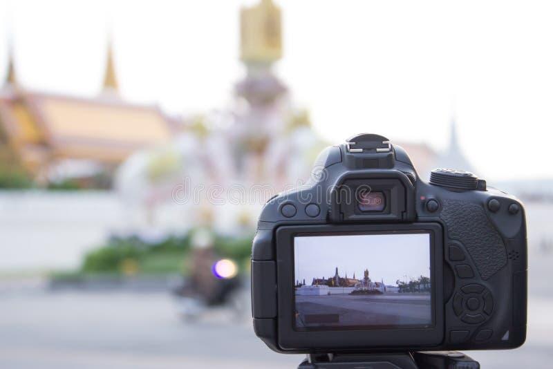 Detrás del dslr de la cámara en modo vivo de la visión mientras que toma una foto adentro fotos de archivo libres de regalías