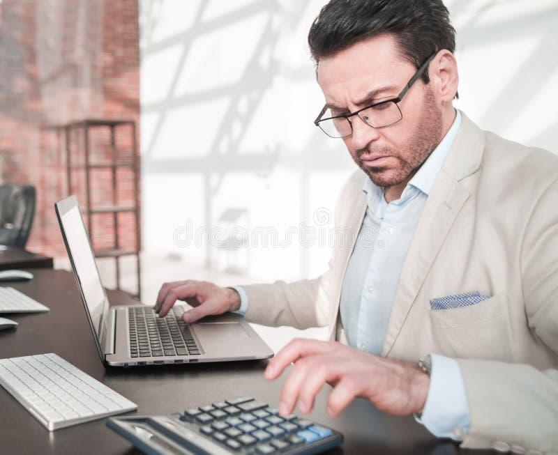 Detrás del vidrio hombre de negocios serio que analiza datos financieros imagenes de archivo