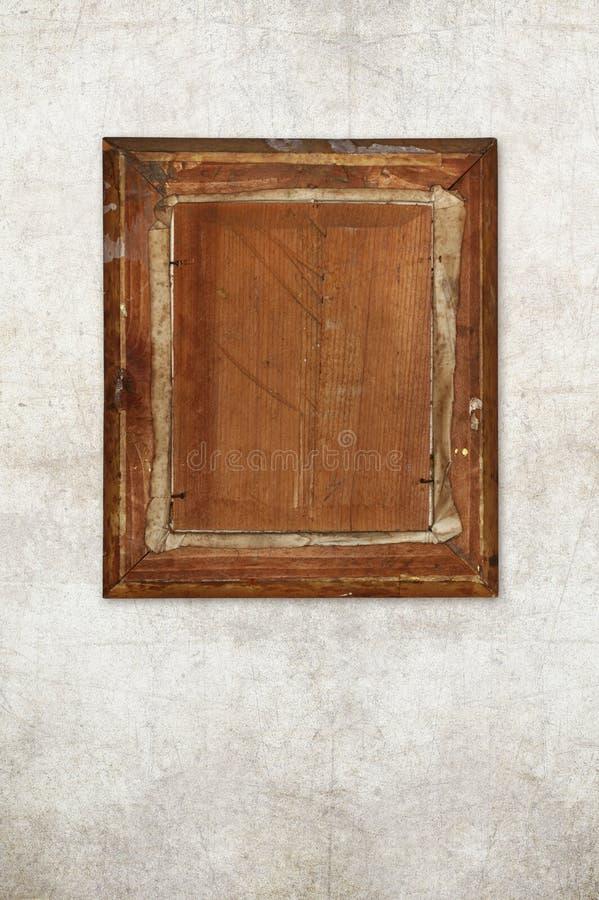 Detrás del viejo marco de madera en la pared vieja imagen de archivo libre de regalías