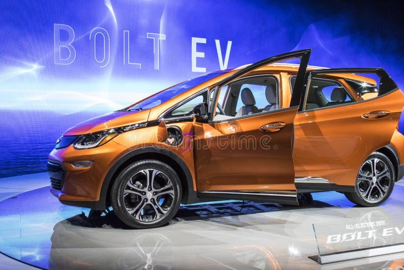 DETROIT - JANUARI 17: Den Chevrolet bulten 2017 EV på norden f.m. royaltyfria bilder