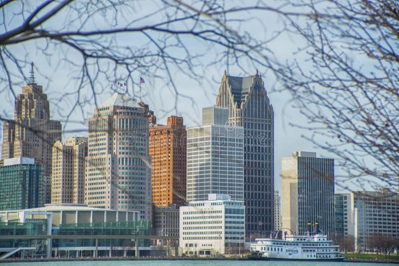 DETROIT, MI - 8 DE ABRIL DE 2017: Vista de Detroit céntrica con offic imágenes de archivo libres de regalías