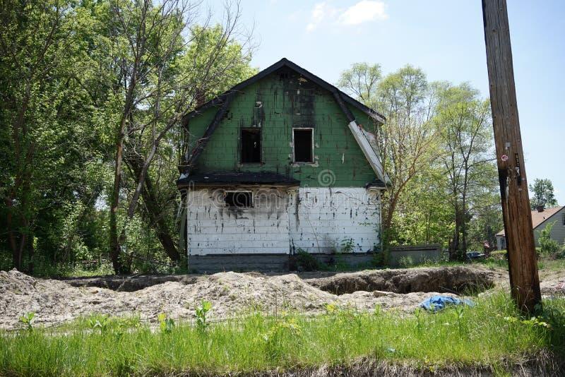Detroit, Michigan, em maio de 2018: Única casa familiar abandonada e danificada perto de Detroit do centro imagens de stock royalty free