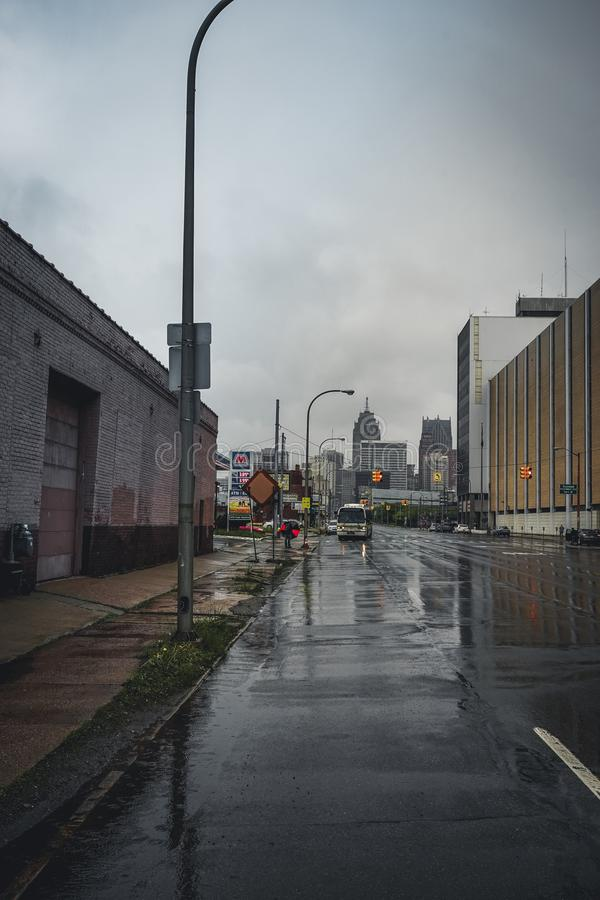 Detroit Michigan, Förenta staterna - mars 09 2018: Sikt av den Trumpbull avenyn med siktstodards i stadens centrum Detroit detroi arkivfoto