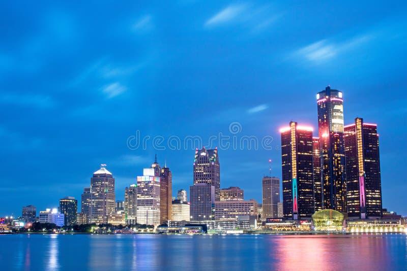Detroit Michigan i stadens centrum horisont på den blåa timmen royaltyfri fotografi