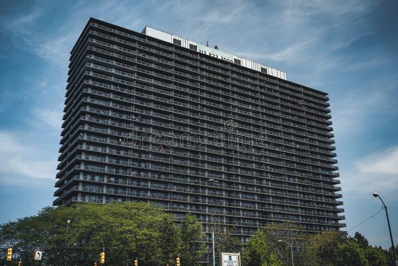 Detroit, Michigan los E.E.U.U. - 7 de abril de 2018: Una pared enorme de la pared de los edificios del aparment en un bulevar vac imagenes de archivo