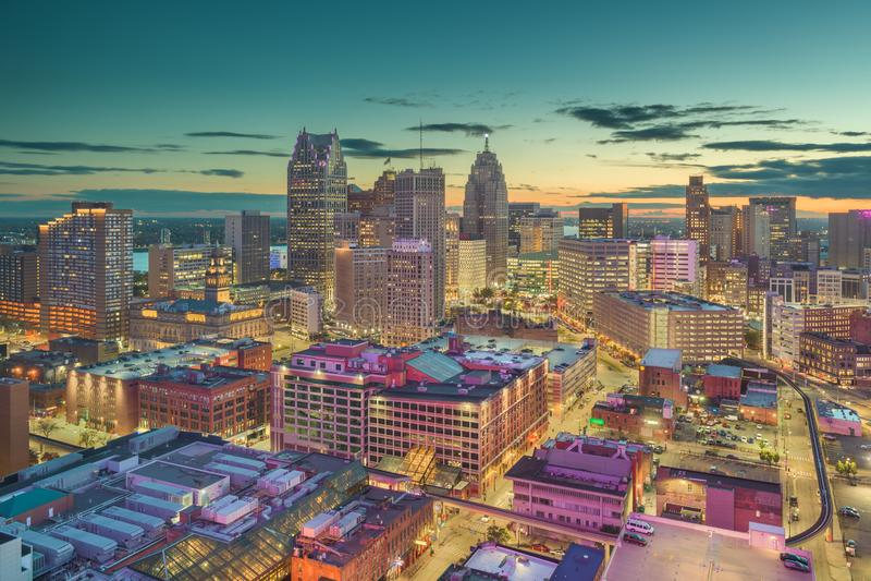 Detroit Michigan, USA i stadens centrum horisont på skymning royaltyfri bild