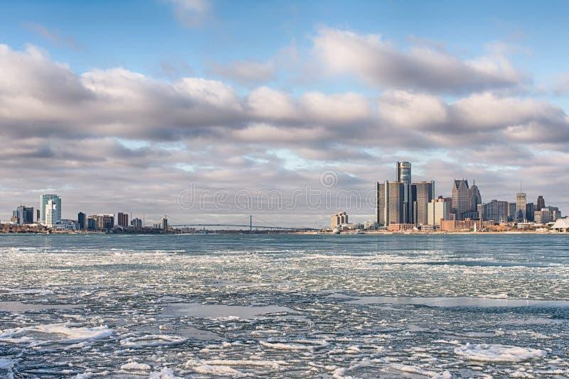 Detroit River, Detroit e Windsor ghiacciati, orizzonti di Ontario, ambasciatore Bridge fotografie stock