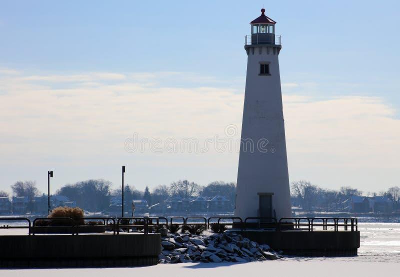 Detroit riverfrontfyr under den kalla vintern som vänder mot Kanada royaltyfri foto