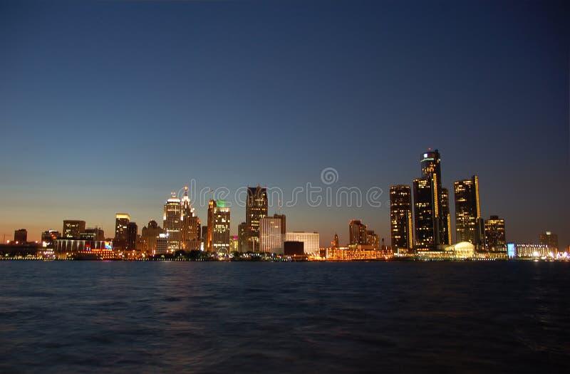 Detroit-Skyline bis zum Nacht lizenzfreies stockbild
